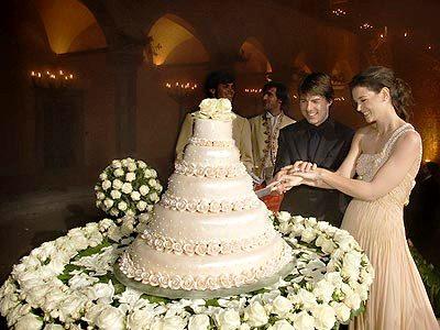tomkat cutting wedding cake
