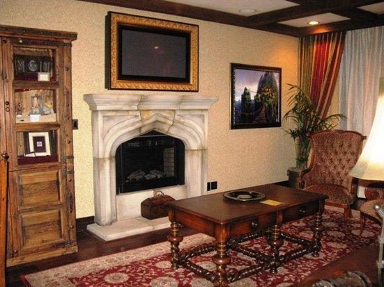 disneyland hotel pirates of the caribbean suite living room